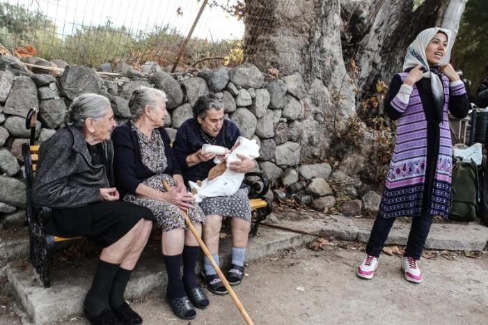 Η γιαγιά της Λέσβου που τάισε το προσφυγόπουλο στη Guardian