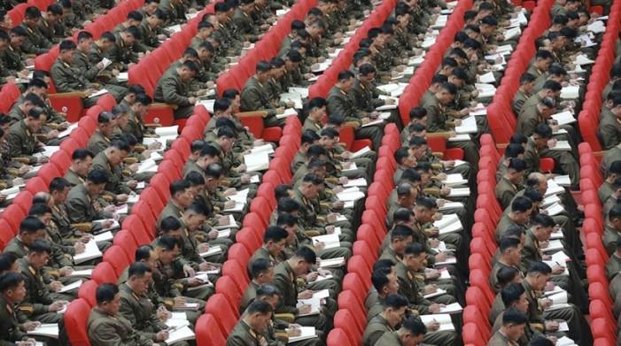 Bόρεια Κορέα: Τους πήρε ο ύπνος κατά την διάρκεια της ομιλίας του Κιμ Γιονγκ Ουν