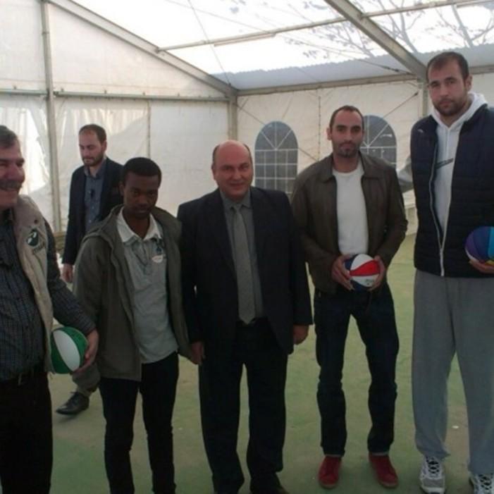 Επαγγελματίες μπασκετμπολίστες έπαιξαν με προσφυγόπουλα στον Ελαιώνα