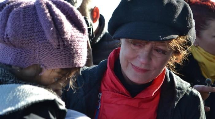 Η Σούζαν Σάραντον με δάκρυα στα μάτια υποδέχεται πρόσφυγες στη Λέσβο
