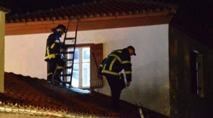 Σοβαρός τραυματισμός πυροσβέστη που έπεσε από στέγη