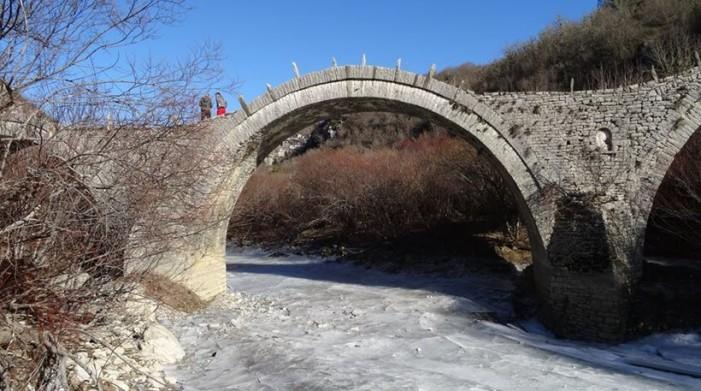 Πάγωσε το ποτάμι στο Ζαγόρι – Στους -7 βαθμούς η θερμοκρασία (φωτογραφίες)
