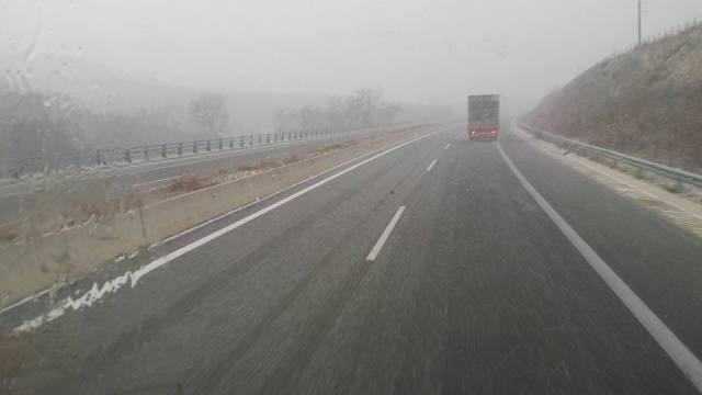 Χιόνια στα ελληνοβουλγαρικά σύνορα – Άσπρισαν στέγες σε Καβάλα και Δράμα (βίντεο)