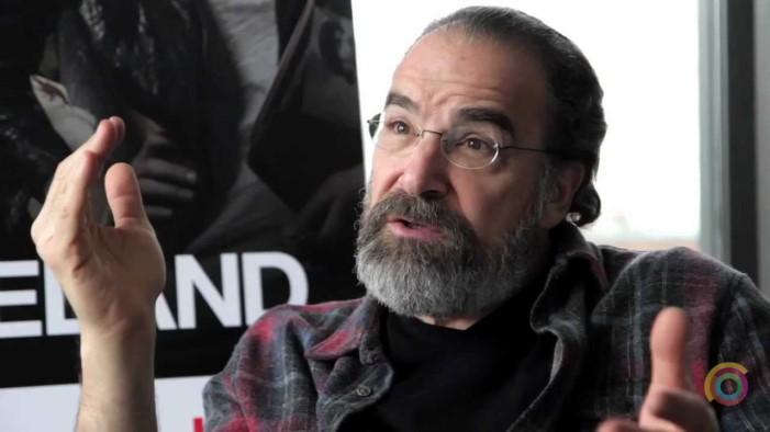 O Saul από το Homeland σώζει πρόσφυγες στη Λέσβο (βίντεο)