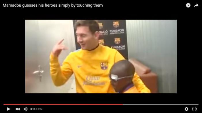 Ένα τυφλό παιδί αναγνωρίζει τα αστέρια της Barcelona με την αφή (βίντεο)