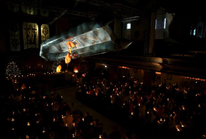 Βρετανία: Κρέμασαν λέμβο μεταναστών στο ταβάνι εκκλησίας [εικόνες]