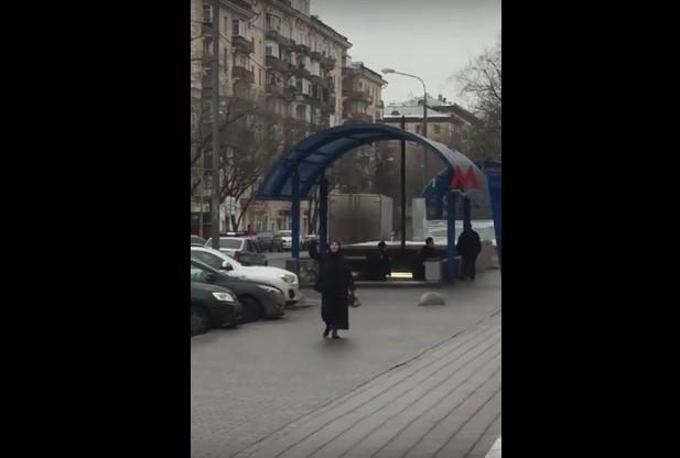Γυναίκα περιφερόταν κρατώντας κομμένο κεφάλι στη Μόσχα (Σκληρό video)
