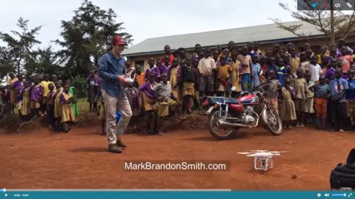 Παιδιά στην Αφρική βλέπουν για πρώτη φορά Drone