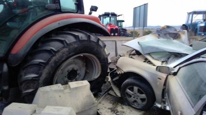 Αυτοκίνητο φορτωμένο με ναρκωτικά έπεσε πάνω σε τρακτέρ σε μπλόκο!