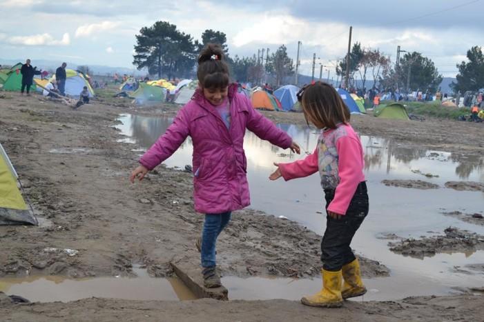 H Περιφέρεια Δ. Μακεδονίας παρέδωσε 15.000 αδιάβροχα στους πρόσφυγες στην Ειδομένη