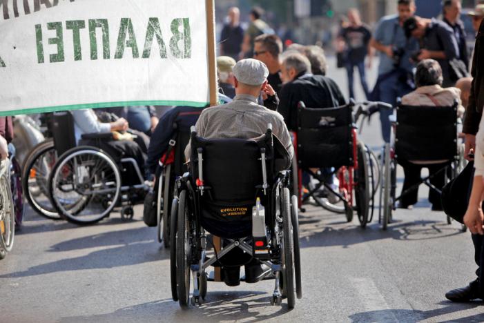 Μειώνονται κατά 25% οι αναπηρικές συντάξεις