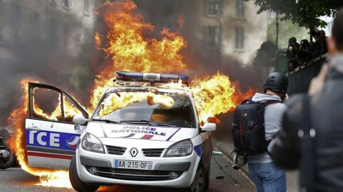 Διαδηλωτές πυρπόλησαν περιπολικό στο Παρίσι
