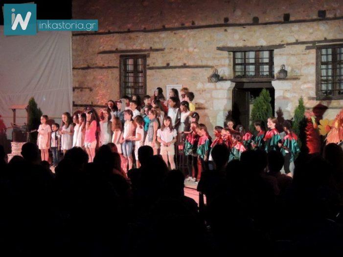 """Η """"Aυλή των θαυμάτων"""" της παιδικής χορωδίας του συλλόγου """"Αθανάσιος Χριστόπουλος"""" μάγεψε την Καστοριά (φωτό, βίντεο)"""
