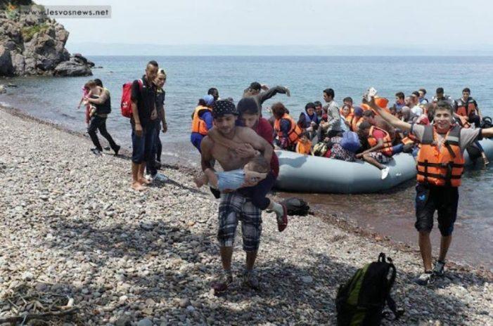 Λέσβος: Πρόσφυγας βγαίνει από το νερό, στην πλάτη έχει την τυφλή γυναίκα του και στην αγκαλιά το μωρό τους (Photos)