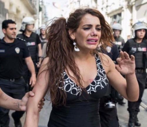 Οργή στην Τουρκία για τη δολοφονία της 22χρονης transgender που βιάστηκε και στη συνέχεια πυρπολήθηκε