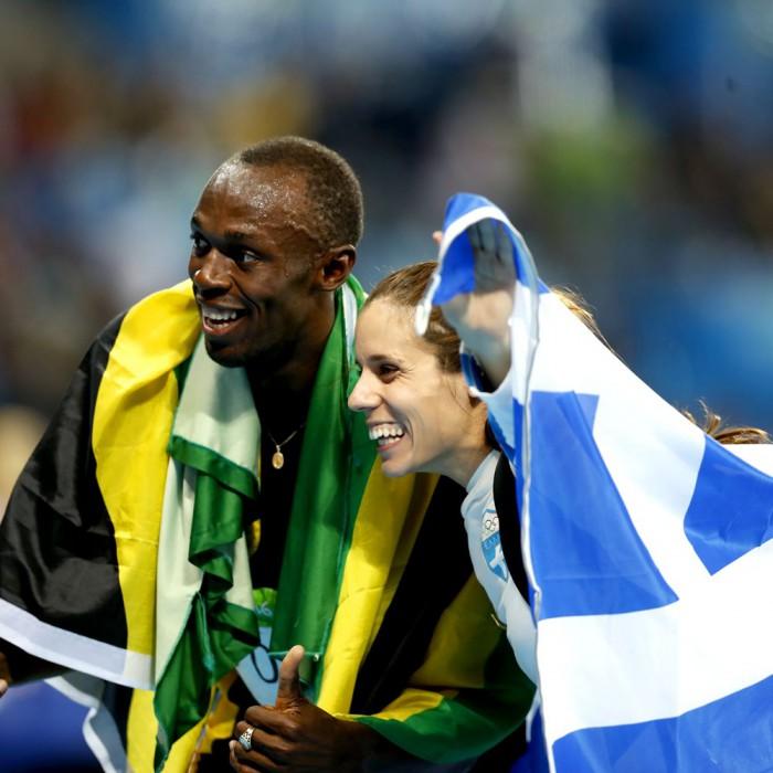 O Μπολτ πανηγυρίζει το χρυσό μετάλλιο μαζί με τη Κατερίνα Στεφανίδη