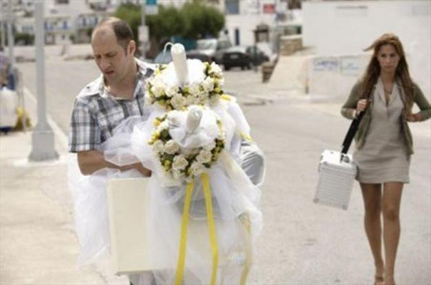 Τα απρόοπτα ενός απαγορευτικού απόπλου! Η νύφη έφυγε με το καράβι και στο λιμάνι έμεινε ο γαμπρός με την πεθερά