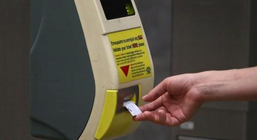 Λακ, πλαστικοποίηση, λιποζάν και ευφάνταστες πατέντες για να μην πληρώνουν εισιτήριο σε μετρό και λεωφορεία