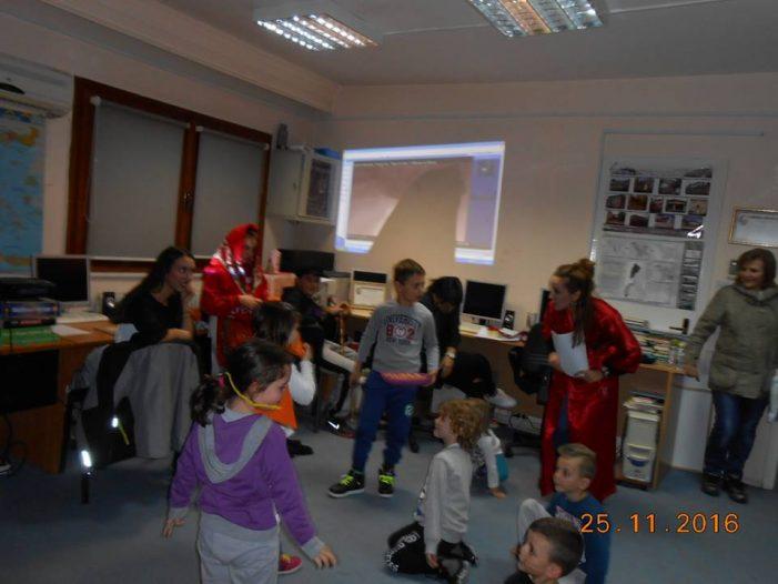 Μια μοναδική παράσταση στη Δημοτική Βιβλιοθήκη Καστοριάς (φωτορεπορτάζ)
