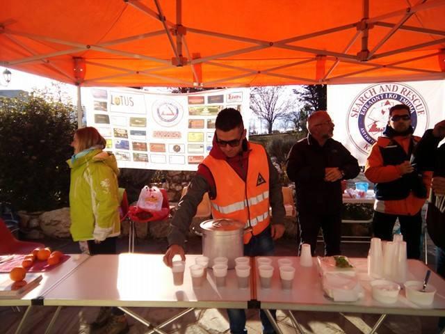 Προσφορά ζεστών ροφημάτων στους πολίτες της Καστοριάς από τα μέλη του ΕΤΑΚ (φωτο)