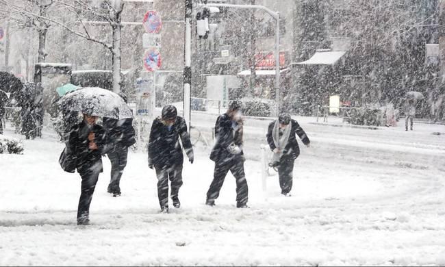 Σε λευκό κλοιό η χώρα – Πολικές θερμοκρασίες, θυελλώδεις άνεμοι και τα πρώτα προβλήματα – Χιόνια και στην Αττική