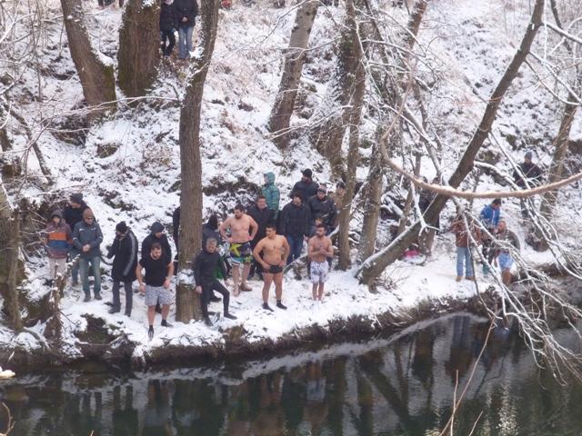 Με επισημότητα ο εορτασμός των Θεοφανείων στα παγωμένα νερά του ποταμού Αλιάκμονα