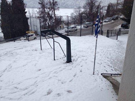 Λευκά… προαύλια: Οι Ενεργοί πολίτες Καστοριάς φωτογραφίζουν τα χιονισμένα (αλλά σε λειτουργία) σχολεία