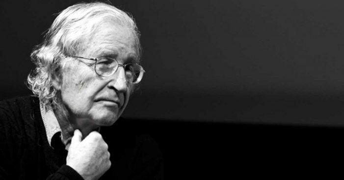 Νόαμ Τσόμσκι: Κτηνώδης η συμπεριφορά των Βρυξελλών προς την Ελλάδα