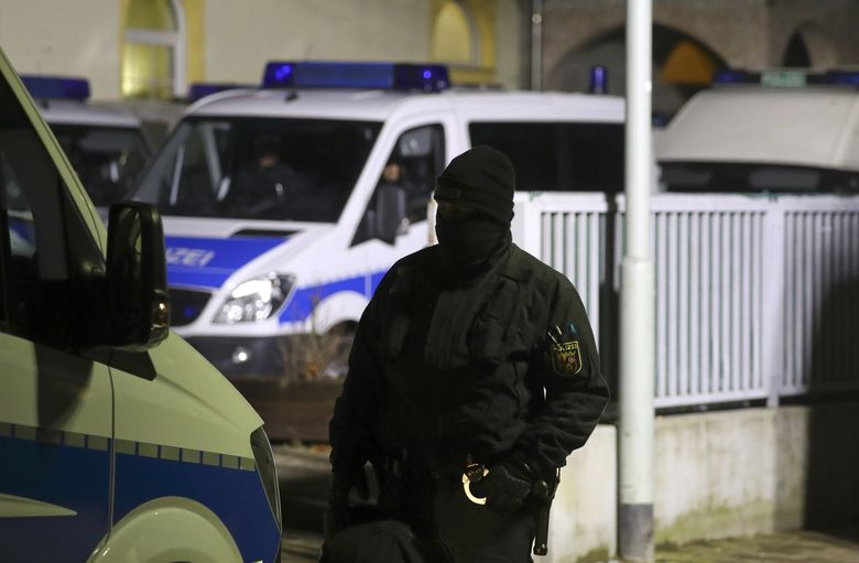 A German police officer stands guard in front Frankfurt's Bilal mosque during early morning raids in the federal state of Hesse and it's capital Frankfurt, Germany, February 1, 2017.    REUTERS/Kai Pfaffenbach
