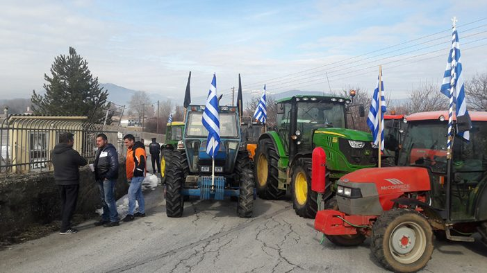 Αγρότες Καστοριάς: Κραυγή αγωνίας για τις ελληνοποιήσεις προϊόντων (βίντεο από το τελωνείο)
