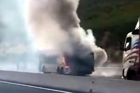 Βίντεο από λεωφορείο του ΚΤΕΛ Καστοριάς που έπιασε φωτιά στην Εγνατία