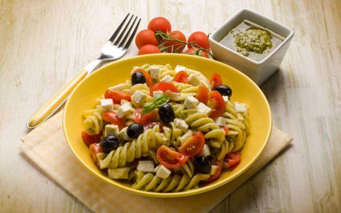 Σαλάτα με φουσίλι, ντομάτα και φέτα