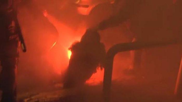 Σκληρές εικόνες:Η στιγμή που η φωτοβολίδα χτυπάει την δικηγόρο στα Εξάρχεια (vid)