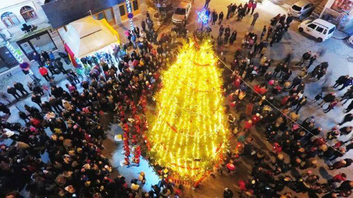 Άργος Ορεστικό: Εντυπωσιακό το άναμμα του χριστουγεννιάτικου δέντρου