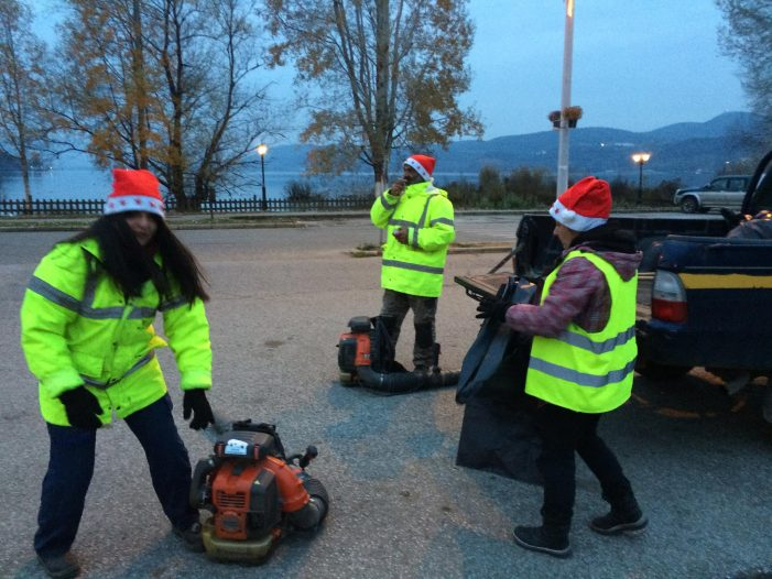 Σε κλίμα Χριστουγέννων το συνεργείο του Δήμου Καστοριάς