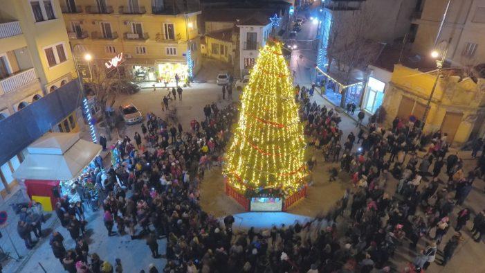 Έλαμψε το Άργος Ορεστικό! Εντυπωσιακές εικόνες από το άναμμα του χριστουγεννιάτικου δέντρου