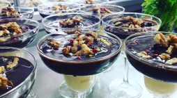 Βασίλης Καρανικόλας: Μους λευκής και μαύρης σοκολάτας με καραμελωμένα καρύδια