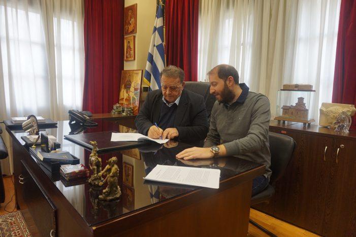 Δήμος Καστοριάς: Υπογραφή του συμφωνητικού δωρεάς από τον ΤΑΠ δύο απορριμματοφόρων οχημάτων