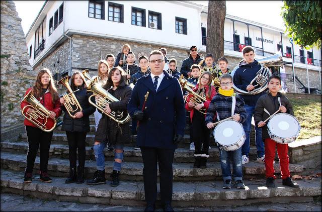 Εικόνες από το μουσικό σύνολο της Φιλαρμονικής Ορχήστρας του Δήμου Καστοριάς