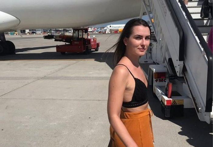 Αεροπορική εταιρεία σε 21χρονη Βρετανίδα: «Σκεπάσου ή κατέβα από το αεροπλάνο» (Photos)