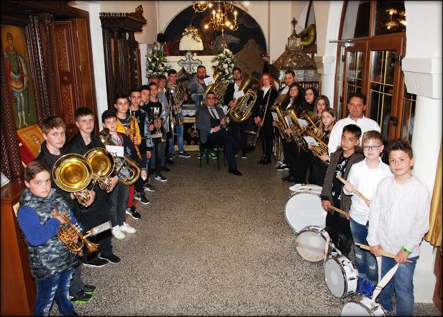 Η Φιλαρμονική Ορχήστρα του Δήμου Καστοριάς στην περιφορά του Επιταφίου