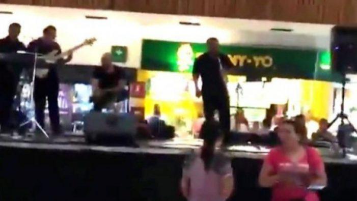 Εμπορικό κέντρο πνίγηκε στη βροχή και η μπάντα έπαιζε «Τιτανικό» (vid)