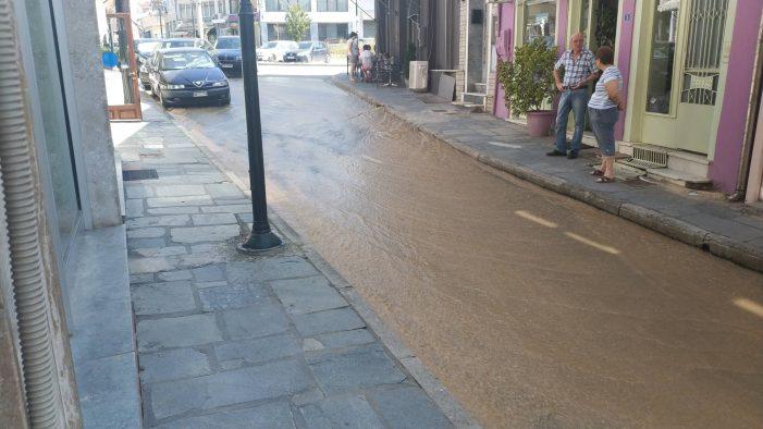 Άργος Ορεστικό: Σε ποτάμι μετατράπηκε η κεντρική πλατεία (φωτογραφίες)