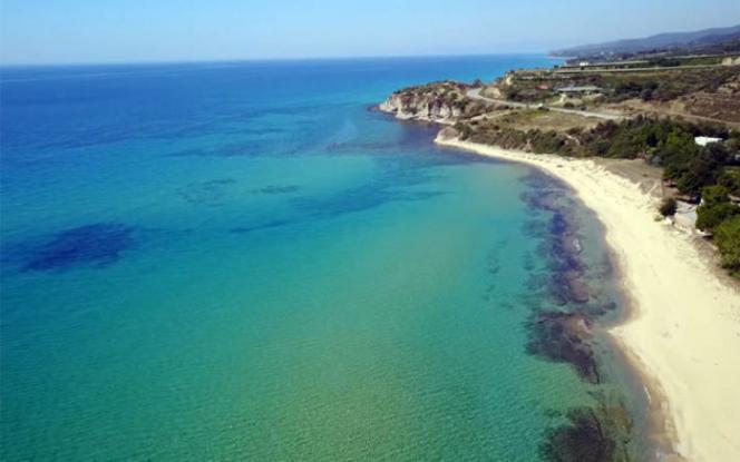 Ταξίδι στην ελληνική «σαχάρα» – Γνωρίστε τη παραλία με τους χρυσαφένιους αμμόλοφους