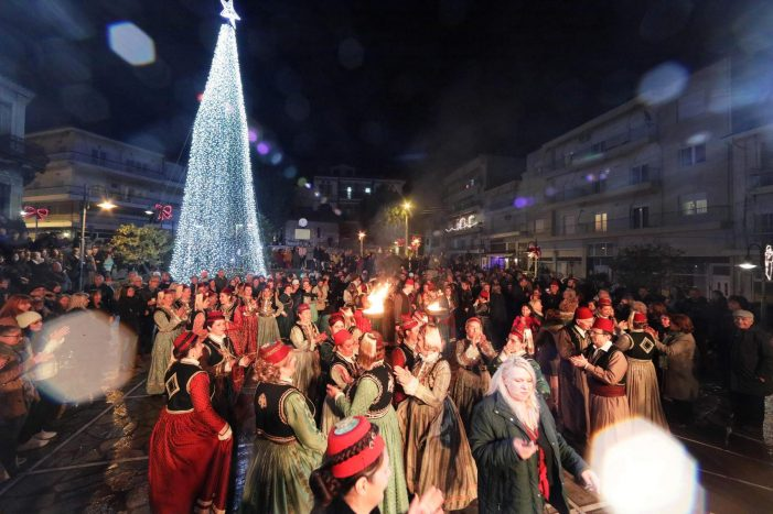 Φωταγωγήθηκε το Χριστουγεννιάτικο Δέντρο. Η Καστοριά ξαναζωντανεύει και χαμογελά με χαρά κι αισιοδοξία!