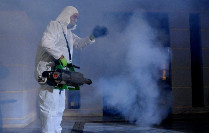 Κοροναϊός: Πόσο παραμένει ο ιός σε επιφάνειες και στον αέρα