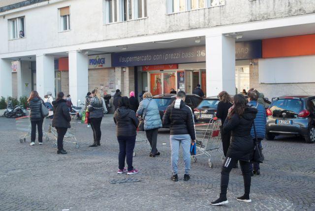 Σε απόγνωση οι Ιταλοί λόγω κοροναϊού – Βραδινή επιδρομή σε σούπερ μάρκετ