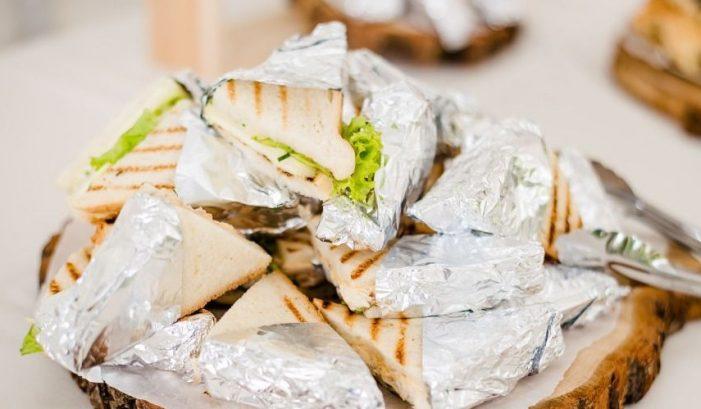 Αλουμινόχαρτο – Ποια είναι η σωστή πλευρά για να τυλίγεις το φαγητό σου