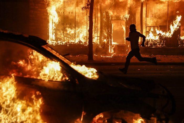 Χάος στην Αμερική: Νεκρός διαδηλωτής από αστυνομικά πυρά στο Κεντάκι