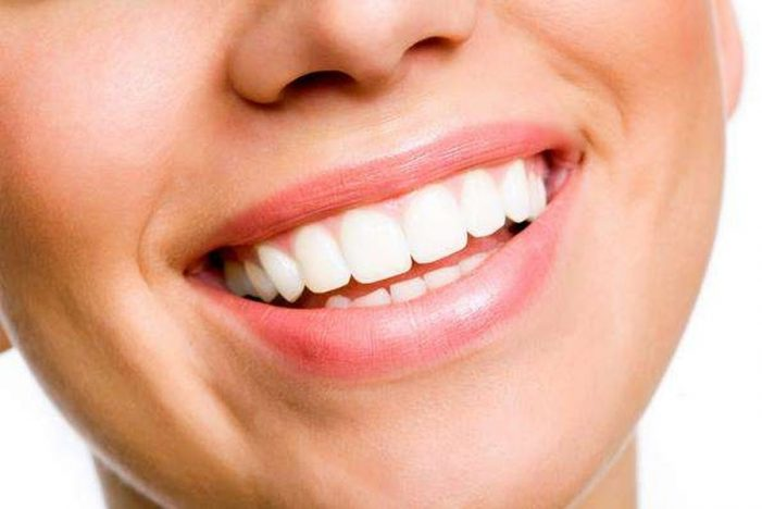 Έξυπνα tips για να έχετε λευκά δόντια